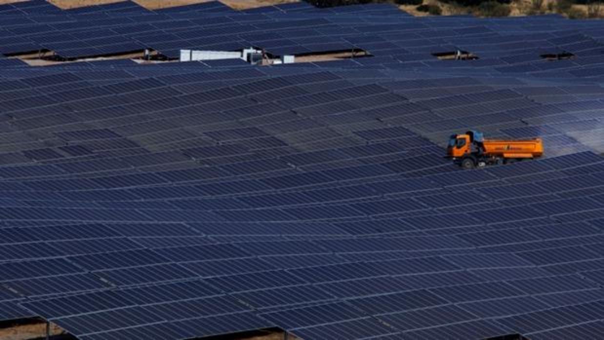 Más de 1.200 personas construyen la planta fotovoltaica de Iberdrola en Badajoz
